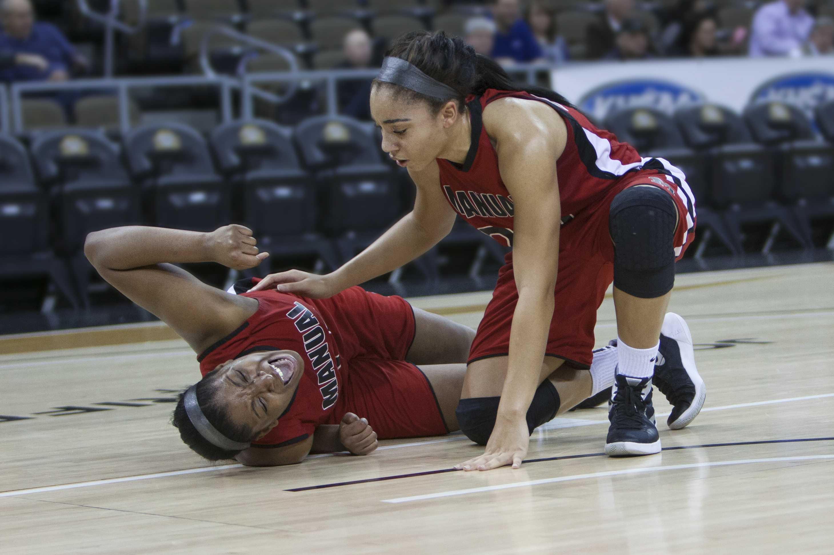 Manual center Krys McCune after injuring her knee at the 2:43 mark of the first quarter. Photo by Piper Cassetto