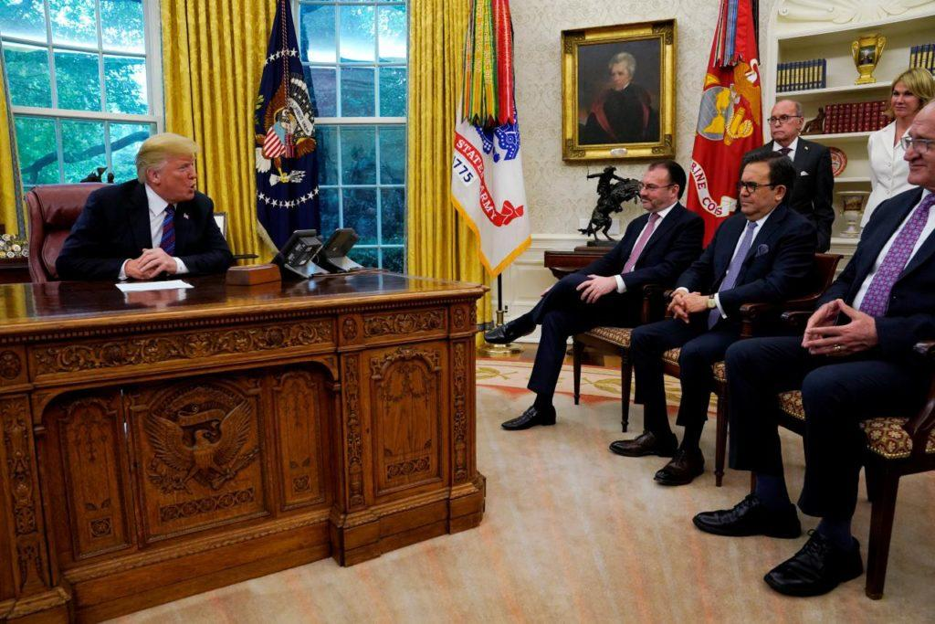 Mexico's Foreign Minister Luis Videgaray (C), Mexico's Economy Minister Ildefonso Guajardo (3rdR), White House chief economic adviser Larry Kudlow (3rdR-standing) and Jesus Seade (R), Mexico's President-elect Obrador's representative in trade negotiations look on as U.S. President Donald Trump (L) announces a deal to replace the North American Free Trade Agreement (NAFTA) at the White House in Washington, U.S., August 27, 2018. REUTERS/Kevin Lamarque