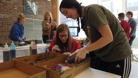 Best Buddies holds Valentine's themed tie-dye party